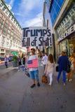 NEW YORK USA - JUNI 22, 2017: Ursnyggt oidentifierat folk som går i ett härliga New York City med skyskrapor och Royaltyfri Bild