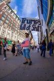 NEW YORK USA - JUNI 22, 2017: Ursnyggt oidentifierat folk som går i ett härliga New York City med skyskrapor och Arkivfoton