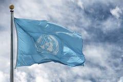 NEW YORK - USA - 11. Juni 2015 wellenartig bewegende UNO-Flagge der Vereinten Nationen Stockfotos