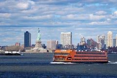New York, New York USA - 16. März 2019: New- Yorkhafen mit Staten Island Ferry und dem Freiheitsstatuen lizenzfreie stockfotografie