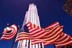 New York, USA - 25. Mai 2018: Amerikanische Flaggen nahe dem Rockefelle Lizenzfreies Stockbild