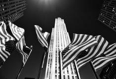 New York, USA - 25. Mai 2018: Amerikanische Flaggen nahe dem Rockefelle Lizenzfreie Stockbilder