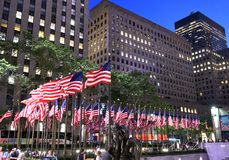 New York, USA - 25. Mai 2018: Amerikanische Flaggen nahe dem Rockefelle Stockfotografie