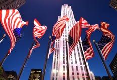 New York, USA - 25. Mai 2018: Amerikanische Flaggen nahe dem Rockefelle Stockbild