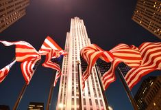 New York, USA - 25. Mai 2018: Amerikanische Flaggen nahe dem Rockefelle Stockfotos