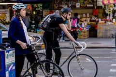 NEW YORK, USA - 9. MAI 2018: Chinatown-Straße mit Autos und Leuten und Gebäude an einem sonnigen Tag in New York stockfotos