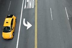 New York, USA - 26. Mai 2018: Draufsicht über das gelbe Taxi auf St. stockfotos