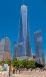 NEW YORK, USA - 5. MAI 2017: Nicht identifizierte Leute, die nahe von einem World Trade Center, Ansicht vom Straßenniveau gehen Stockfotos