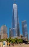 NEW YORK, USA - 5. MAI 2017: Nicht identifizierte Leute, die nahe von einem World Trade Center, Ansicht vom Straßenniveau gehen Lizenzfreies Stockbild