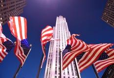 New York, USA - 25. Mai 2018: US-Flaggen nahe dem Rockefeller-Cent Stockbilder