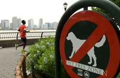 New York, USA - 28. Mai 2018: Zeichen 'keine Haustiere 'im Batterie-Park lizenzfreie stockfotografie