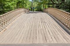 New York USA Maj 21, 2014 Barnpar som går över bridgen Royaltyfria Foton