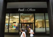 New York USA - Maj 26, 2018: Folket passerar nära av den Fedex offien arkivbild