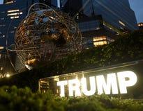 New York USA - Maj 29, 2018: Metalljordklotskulptur nära trumf I Royaltyfri Foto