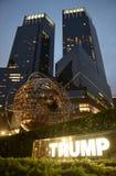 New York USA - Maj 29, 2018: Metalljordklotskulptur nära trumf I Arkivbild