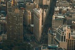 New York USA - Maj 25, 2016: Strykjärn som bygger flyg- sikt i New York City Manhattan med skyskrapor Sikt från väldetillståndsBu Royaltyfri Fotografi