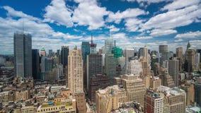 NEW YORK USA -, MAY 2018: För Timelapse för dag för Manhattan taksikt förbigå moln stock video
