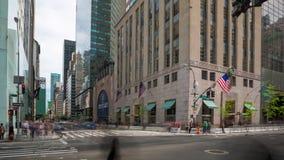 NEW YORK USA -, MAY 2018: Manhattan rörelse för tvärgata för timelapse för biltrafik, snabb körning lager videofilmer