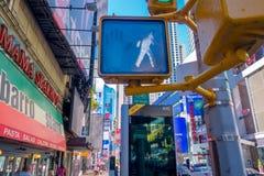 NEW YORK, USA - 22. NOVEMBER 2016: Das Times Square, gekennzeichnet mit Broadway-Theatern und lebhaften LED-Zeichen, ist ein Symb stockfoto