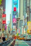 NEW YORK, USA - 22. NOVEMBER 2016: Das Times Square, gekennzeichnet mit Broadway-Theatern und lebhaften LED-Zeichen, ist ein Symb lizenzfreies stockfoto