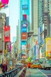 NEW YORK, USA - 22. NOVEMBER 2016: Das Times Square, gekennzeichnet mit Broadway-Theatern und lebhaften LED-Zeichen, ist ein Symb stockbilder