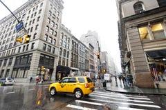 Gelbes Taxi und Fußgänger bei regnerischem Chinatown Manhattan Neu-Yor Stockfoto