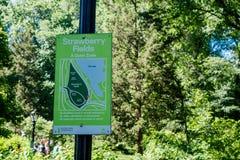 NEW YORK USA - NOVEMBER 22, 2016: Ett informativt tecken av Central Parknaturvård, New York tilldrar 50 miljoner Arkivfoto