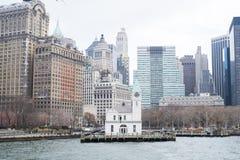 NEW YORK USA - NOVEMBER 22: Liten lantlig pir med Manhattan himmel Arkivfoto
