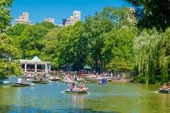 NEW YORK USA - NOVEMBER 22, 2016: Oidentifierad grupp människor som paddlar i sjön i Central Park i ett härligt royaltyfri fotografi