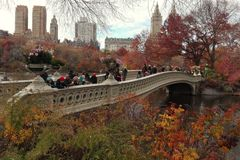 New York USA, November 26, 2016: Sikten av pilbågebron i sen höstdag i Central Park New York arkivbild