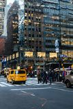 NEW YORK USA - NOVEMBER 27, 2017: 5th ave och 45. gata, Midtown M Royaltyfri Fotografi