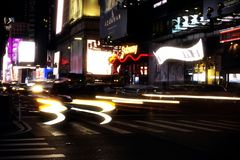 New York USA, November 2018 - New York Times fyrkanttrafik på natten royaltyfri bild