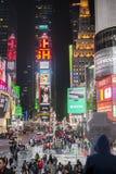 NEW YORK USA - NOVEMBER 22: Upptagen Times Square på natten. November Royaltyfria Bilder