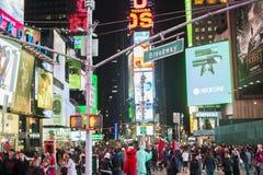 NEW YORK USA - NOVEMBER 22: Upptagen Times Square på natten. November Royaltyfri Bild