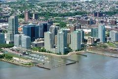 NEW YORK - USA - 13 nya JUNI 2015 - ärmlös tröjamanhattan flyg- sikt från frihetstorn Arkivfoton