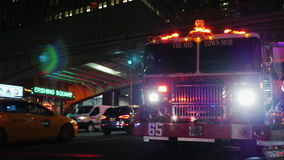 New York, USA - OKT, 2016: Fire truck with flashing lights in the background is neoskrebov New York. The evening light stock video