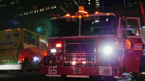 New York, USA - OKT, 2016: The street is a fire truck with flashing lights activated. Passing by pedestrians stock video footage