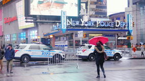 New York, USA - OKT, 2016: weithin bekannte New- Yorkpolizeidienststellegebäude im Times Square, New York Regnerischer Tag stock video footage