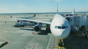 New York, USA - OKTOBER 12, 2016: Großes Passagierflugzeug im Flughafenabfertigungsgebäude ist bereit, Passagiere zu empfangen JF stock video