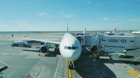 New York USA - OKTOBER 12, 2016: Trafikflygplanet som förbereder sig att ta passagerare ombord på flygplatsen i New York City lager videofilmer