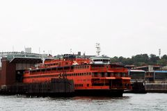 Free New York, USA - September 2, 2018: The Ferry Leaves The Port Between Areas In The Port Of New York Stock Photos - 135877333
