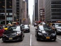 NEW YORK USA - SEPTEMBER 2, 2017: Bilar i gatorna av nya Yo royaltyfria foton