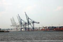 New York USA - September 2, 2018: Havsport med kranar och skeppsdockor tidigt på morgonen arkivfoton