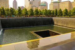 New York USA - September 2, 2018: Minnes- komplex till offren av September 11, 2001 på fläcken var stod tvillingbröderna fotografering för bildbyråer