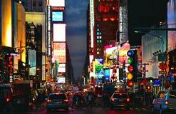 New York USA, städtische Nachtszene, Farben und Neonhandelslicht- und großerverkehr mit bunten Autos in Time Square in Manhattan stockfoto