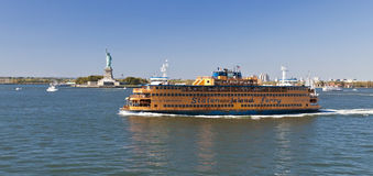 New York, USA, Staten Island Ferry och staty av frihet Royaltyfri Fotografi