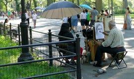 NEW YORK, VERENIGDE STATEN - AUGUSTUS vijfentwintigste, 2016: Een kunstenaar schetst een vrouw in Central Park op een de zomerdag Royalty-vrije Stock Foto's