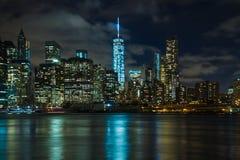 New York vid natt: Lower Manhattan och den en internationella handeln Cente Fotografering för Bildbyråer