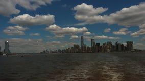 NEW YORK: Vista panorâmica New York City visto de uma embarcação, tempo real, ultra hd 4k video estoque