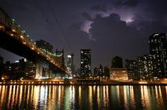 New York. Vue de nuit de la passerelle de Queensborough Photographie stock libre de droits